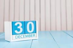 12月30日 天30月,在木背景的日历 在工作概念的新年 花雪时间冬天 空的空间为 库存照片