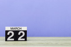 3月22日 天22月,在桌上的日历有紫色背景 春天,文本的空的空间 库存图片