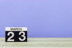 3月23日 天23月,在桌上的日历有紫色背景 春天,文本的空的空间 免版税库存图片