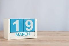 3月19日 天19月,在桌背景的木颜色日历 日森林春天郊区结构 地球小时和国际客户 免版税库存照片