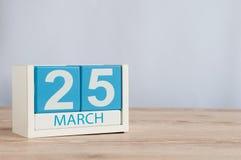 3月25日 天25月,在桌背景的木颜色日历 春天,文本的空的空间 免版税库存图片