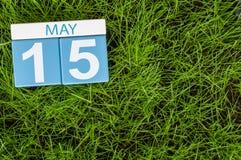 5月15日 天15月,在橄榄球绿草背景的日历 春天,文本的空的空间 免版税库存图片