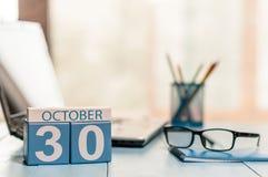 10月30日 天30月,在白领工人工作场所背景的日历 秋天背景秋天叶子结构树黄色 文本的空的空间 免版税库存图片