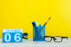 10月6日 天6月,在老师的木颜色日历或学生桌,黄色背景 秋天时间 空 库存照片