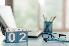 11月2日 天2月,在营业所背景的日历 秋天概念查出的白色 文本的空的空间 免版税库存照片