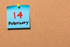 2月14日 天14月,在黄柏布告牌背景的日历 圣徒华伦泰` s天 文本的空的空间 免版税库存照片