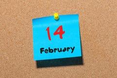 2月14日 天14月,在黄柏布告牌背景的日历 圣徒华伦泰` s天 文本的空的空间 免版税库存图片