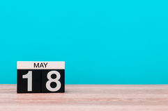 5月18日 天18月,在绿松石背景的日历 春天,文本的空的空间 库存照片