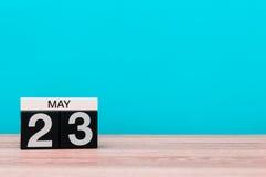5月23日 天23月,在绿松石背景的日历 春天,文本的空的空间 免版税库存照片