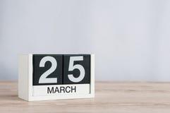 3月25日 天25月,在轻的背景的木日历 春天,文本的空的空间 库存照片