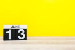 6月13日 天13月,在黄色背景的日历 调遣结构树 文本的空的空间 全世界编织公开 免版税库存照片