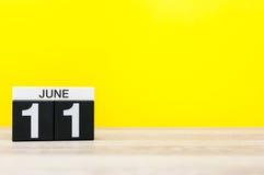 6月11日 天11月,在黄色背景的日历 调遣结构树 文本的空的空间 全世界编织公开 图库摄影