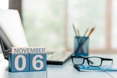 11月6日 天6月,在accauntant工作场所背景的日历 秋天时间 文本的空的空间 免版税库存照片