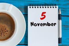 11月5日 天5月,有日历的咖啡杯在自由职业者工作场所背景 秋天时间 库存照片