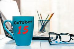 10月15日 天15月,有日历的热的咖啡杯在accauntant工作场所背景 秋天时间 空的空间 库存图片