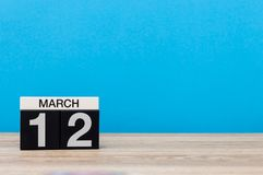 3月12日 天12行军月,在浅兰的背景的日历 春天,文本的,大模型空的空间 免版税图库摄影