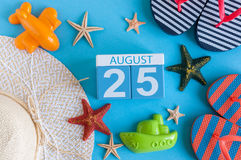 8月25日 威严的25日历的图象与夏天海滩辅助部件和旅客成套装备的在背景 调遣结构树 免版税库存图片