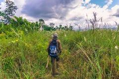 2014年9月03日-徒步旅行队指南Chitwan国家公园, N 免版税库存图片