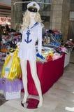 2月28日-水手假日普珥节狂欢节的时装模特女孩白肤金发的衣物在Fabruary 20日2015年在啤酒舍瓦,内盖夫,以色列 免版税库存图片