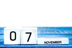 11月7日 日历的11月7日,在蓝色背景的特写镜头图象 图库摄影