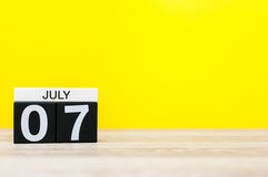 7月7日 日历的7月7日,在黄色背景的图象 新的成人 文本的空的空间 免版税库存图片