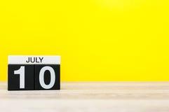 7月10日 日历的7月10日,在黄色背景的图象 新的成人 文本的空的空间 免版税库存照片