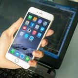 2014年11月06日-曼谷:使用iphone6的人的手 库存照片