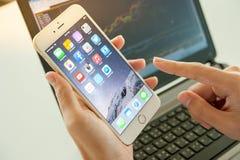 2014年11月06日-曼谷:使用iphone6的人的手 库存图片