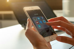 2014年11月06日-曼谷:使用iphone6的人的手 免版税库存照片