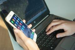 2014年11月06日-曼谷:使用iphone6的人的手 免版税库存图片