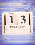 2月13日 2月13日在木立方体日历的日期  库存照片