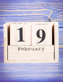 2月19日 2月19日在木立方体日历的日期  免版税库存图片