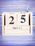 4月25日 4月25日在木立方体日历的日期  免版税图库摄影