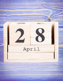4月28日 4月28日在木立方体日历的日期  免版税库存图片