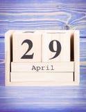 4月29日 4月29日在木立方体日历的日期  免版税图库摄影