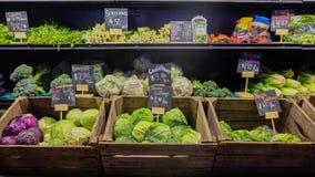 2016年8月9日-洛杉矶,美国:蔬菜水果商新鲜蔬菜摊位在盛大主要市场,著名食物地方上在街市L 库存图片
