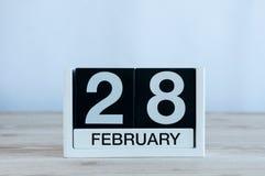 2月28日 求日历的立方在木桌上的2月28日与文本的空的空间 闰年或不是闰日 免版税图库摄影