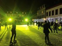 11月2017 29日-滑冰在圣诞节市场上的人们在海得尔堡 库存照片