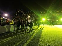 11月2017 29日-滑冰在圣诞节市场上的人们在海得尔堡 图库摄影