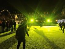 11月2017 29日-滑冰在圣诞节市场上的人们在海得尔堡 免版税库存照片