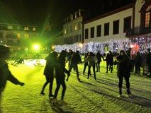 11月2017 29日-滑冰在圣诞节市场上的人们在海得尔堡 免版税图库摄影