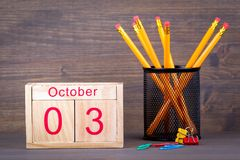 10月3日 特写镜头木日历 时间计划和企业背景 免版税库存照片