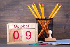 10月9日 特写镜头木日历 时间计划和企业背景 免版税库存图片