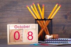 10月8日 特写镜头木日历 时间计划和企业背景 免版税库存照片