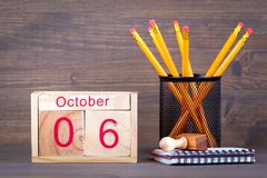 10月6日 特写镜头木日历 时间计划和企业背景 免版税库存图片
