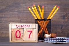 10月7日 特写镜头木日历 时间计划和企业背景 库存照片