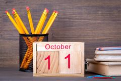 10月11日 特写镜头木日历 时间计划和企业背景 免版税库存照片