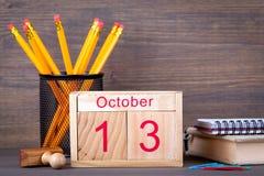 10月13日 特写镜头木日历 时间计划和企业背景 免版税库存照片