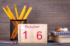 10月16日 特写镜头木日历 时间计划和企业背景 免版税库存图片