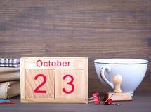 10月23日 特写镜头木日历 时间计划和企业背景 免版税库存图片
